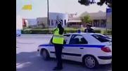 Моторист си прави бъзик с полицай