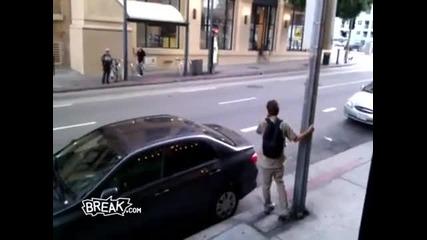 Пияница удря главата си в уличен стълб