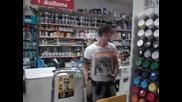 Момче танцуващо в магазин (пловдив)