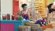 Вижте какво прави едно малко момче пред павилион за бонбони - скрита камера