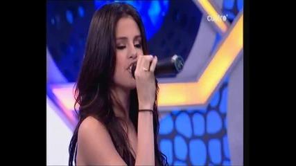Селена Гомез пее на испански