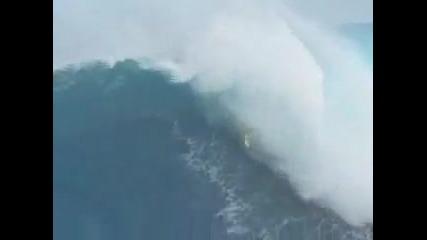 Невероятно! Сърфист язди Цунами