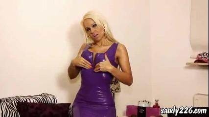 Много секси Блонди показва яко сексапилно стегнато дупе и гърди