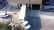 Шофьор прави брилянтна маневра при паркиране от раз !