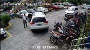 Лудак помага на приятеля си да паркира