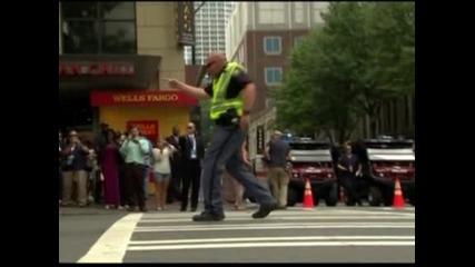 Танцуващи полицаи управляват трафика в американския град Шарлът