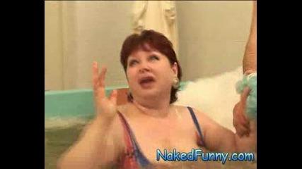 Голи И Смешни - Скрита Камера Голи във ваната ( Супер Качество )
