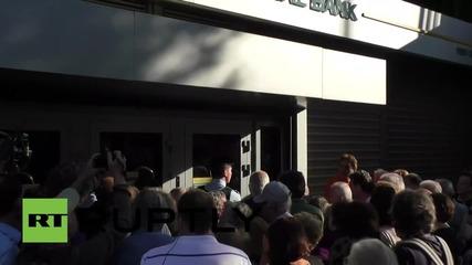 Гърция: Охрана пред банките поради огромните опашки