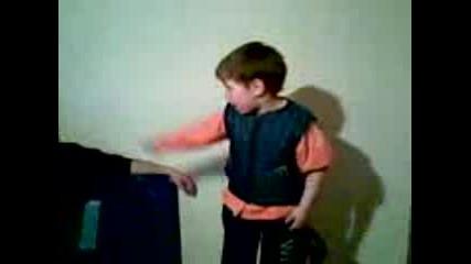 Дете Танцува