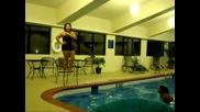 Не се получи скока в басейна