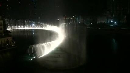 фонтани Dubai Fountains – с водни струи, изстрелващи се на над 150 метра снимани през нощта