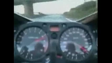 Невероятно луд с мотор се изгаври много яко със полицаи!!!