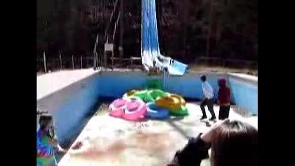 Спускане по пързалка в празен басейн