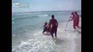 Човек Хваща Акула На Плажа