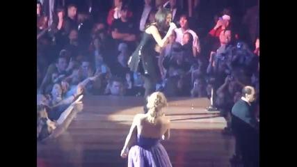 Тейлър Суифт и Салина Гомез пеят заедно Who Says