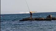 Самолет събира вода от морето