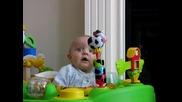 Бебе се плаши докато майка му си издухва носа