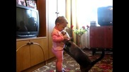 Котка взема малкото си от дете , Дай си ми бебето!