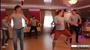 Руски войници танцуват на сватбата на приятеля си