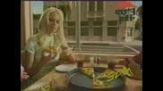 Памела яде пица вижте какво става зад нея
