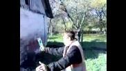 Луд руснак се опитва да строши бутилка с глава (( луд смях ))