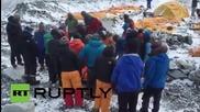 Оцелелите след лавината алпинисти в базовия лагер на Еверест