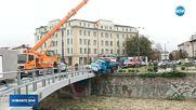 Камион надвисна над реката на Лъвов мост в София