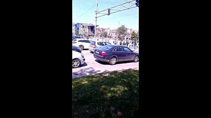 """Няколко протестиращи блокираха булевард """"България"""" и изнервиха шофьорите"""