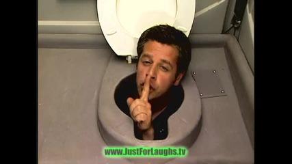 Глава в тоалетната - Скрита камера