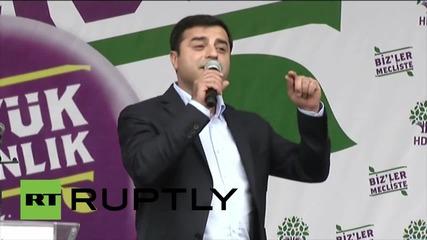 Хиляди празнуват успеха на турската демократическа партия в Истанбул