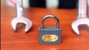 Как да отворите катинар с помощта на два гаечни ключа