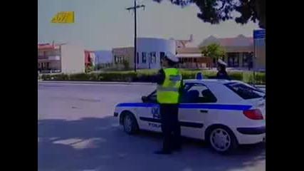 Смях Полицай спира моторист !!