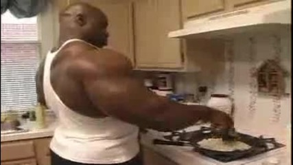 Ronnie Coleman cooking & eating breakfast P2