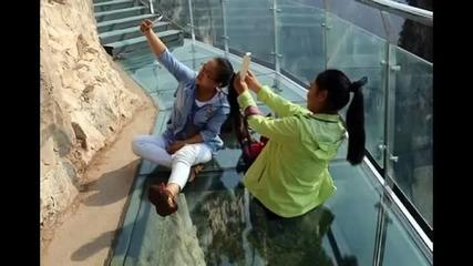 Стъклена пътека се пропука под краката на туристи в Китай
