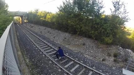 Под влака !