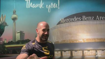 WWE Superstars bedanken sich für ein gigantisches Tourfinale, Mai 2019