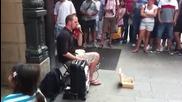 Не бихте ли му дали пари на такъв уличен Талант?