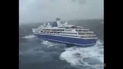 Вижте Как Вълните Почти Преобръщат Кораб
