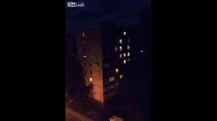 Извънземно лази по жилищен блок в Русия
