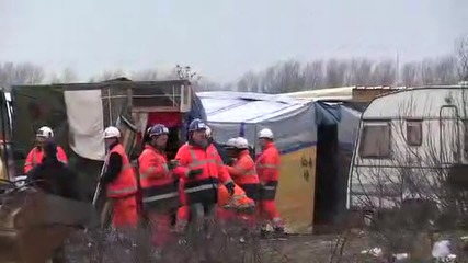 France: Police manhandle refugees as 'Jungle' camp clearance resumes