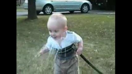 Много сладък малчуган се опитва да пие вода но нещо не става