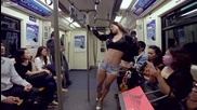 Секси мацка показва кой е шефът в метрото
