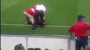 Снимки+видео - Фен нахлу на терена за да нацелува Роналдиньо