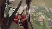 Първия акробатичен полет на малко момиченце !