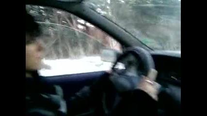 Момиче на 14 кара кола за първи път в живота си