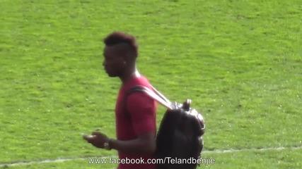 Марио Балотели показва среден пръст на феновете на Юнайтед насред Анфилд