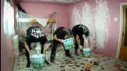 Метъли боядисват стая