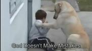 Куче стои при дете, което е болно от синдрома на Даун