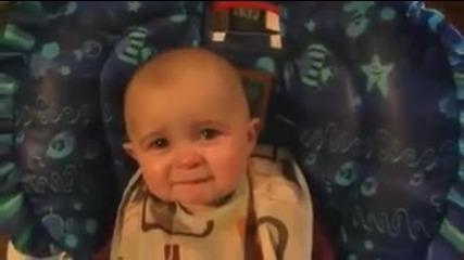 Сладко бебе плаче на тъжна песен изпята от майка му ...