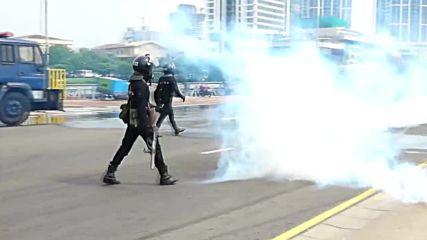 Sri Lanka: Monks battle water cannon, teargas in fiery protest